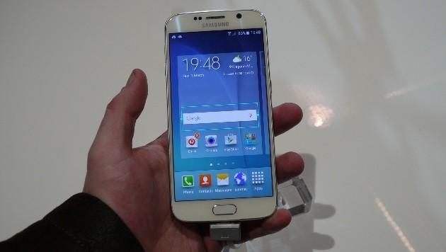 Trotz 5,1 Zoll Diagonale passt das Galaxy Note 6 problemlos in durchschnittliche Männerhände.