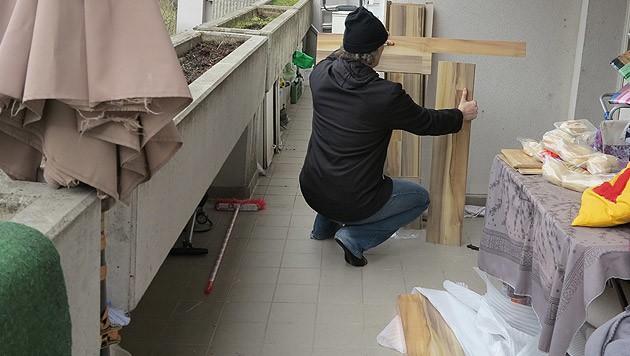 Auf dem Balkon schnitten die Heimwerker den Boden zu und wurden vom Nachbarn mit der Waffe bedroht.