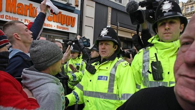 Pegida-Demonstranten bei einem Zusammenstoß mit der Polizei