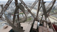 Die beiden graubraunen Windturbinen am Eiffelturm (Bild: AFP)