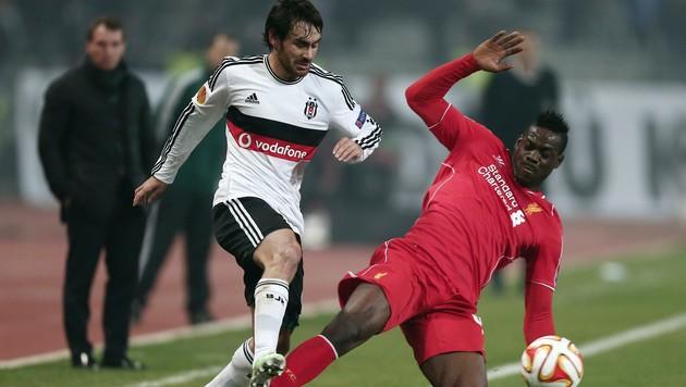 Veli Kavlak im Duell mit Mario Balotelli (Bild: AP)