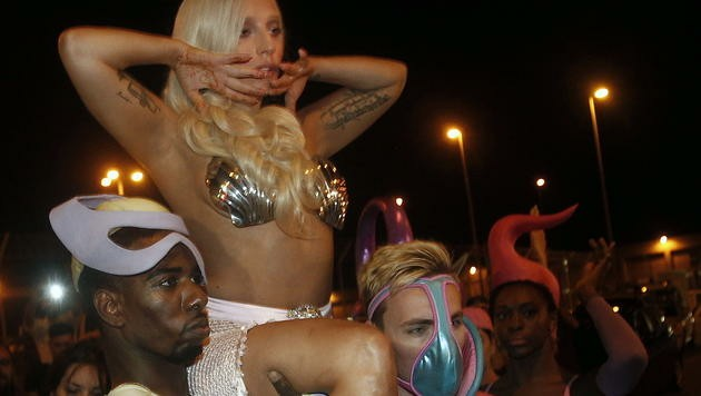 Muscheln zieren Lady Gagas Brüste. (Bild: EPA)