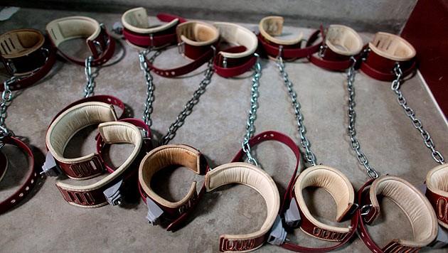 Fußfesseln im Gefangenenlager Guantanamo Bay (Bild: BRENNAN LINSLEY/EPA/picturedesk.com)