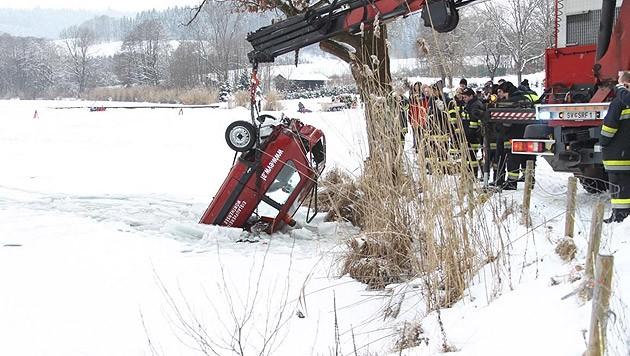 Die Feuerwehr konnte den Wagen aus dem Wasser ziehen. (Bild: Feuerwehr St. Veit)