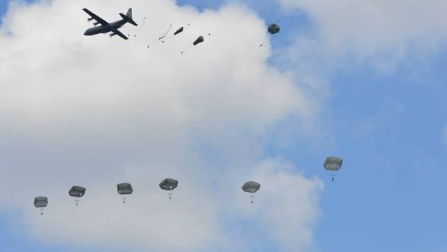 Fallschirmjäger der 173. Luftlandebrigade bei einem Übungssprung (Bild: Facebook.com/173rd Airborne Brigade)