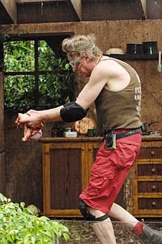 Zaghaft trägt Walter das vergammelte Fleisch hin und her. (Bild: RTL/Stefan Menne)