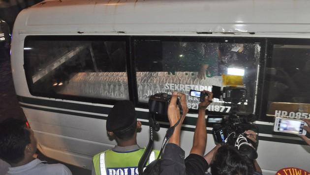 Die Särge der Hingerichteten wurden in Rettungswagen weggebracht. (Bild: AP)