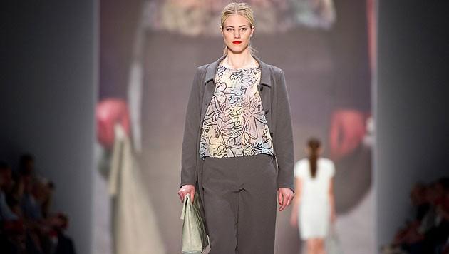 Larissa Marolt am Laufsteg für das Modelabel Minx by Eva Lutz auf der Fashion Week in Berlin
