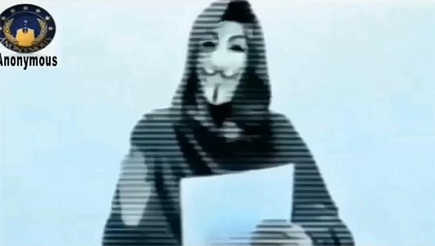 """Ein Aktivist der Hackergruppe verkündet die """"Operation Charlie Hebdo"""". (Bild: YouTube.com/anonymous belgique)"""