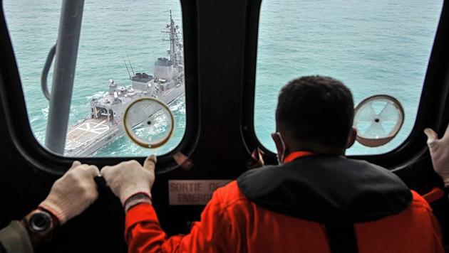 Mit Hubschraubern und Schiffen wird nach der Air-Asia-Maschine gesucht. (Bild: APA/EPA/Veri Sanovri)