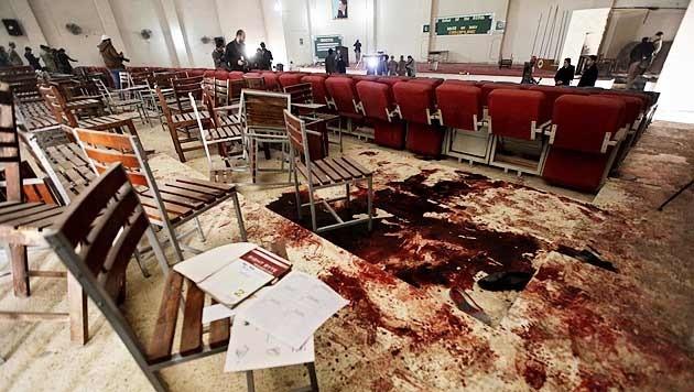 149 Menschen wurden bei dem Massaker in Peshawar getötet, darunter 133 Schüler. (Bild: APA/EPA/BASIT GILANI)