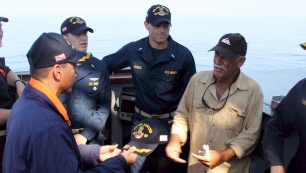 Ron Ingraham nach seiner Rettung durch die Mannschaft der USS Paul Hamilton vor der Küste Hawaiis (Bild: AP)