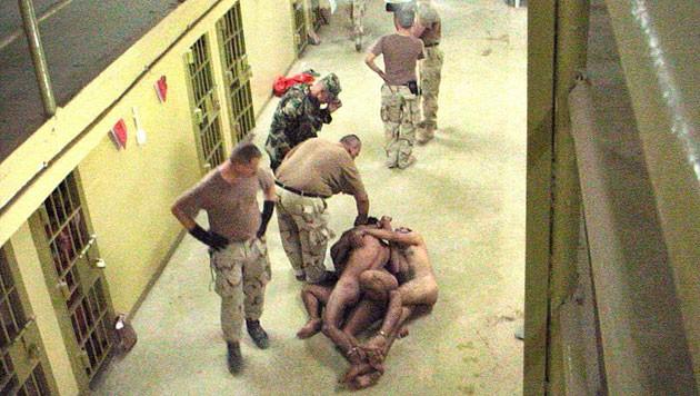 Folterszene aus dem berüchtigten CIA-Gefängnis Abu Ghraib im Irak (Bild: EPA)