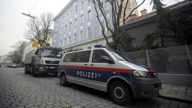 Mit Hilfe der Polizei müssen immer wieder Mieter aus den Wohnungen befördert werden. (Bild: APA/GEORG HOCHMUTH)