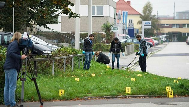 Die Spurensicherung am Tatort (Bild: APA/WERNER KERSCHBAUMMAYR)