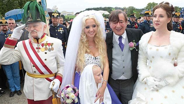 """Das Brautpaar posiert mit """"Sisi"""" und """"Franz""""."""