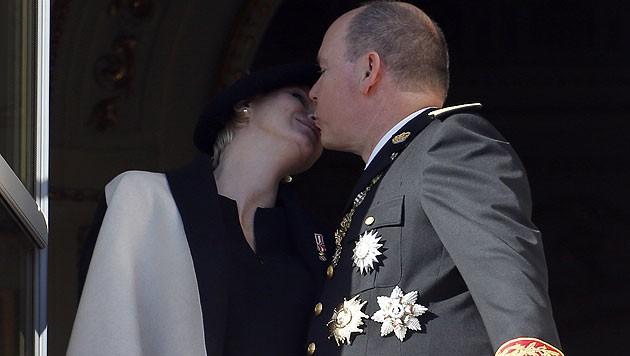 Fürst Albert küsst am Nationalfeiertag zur Freude der Monegassen seine schwangere Charlene. (Bild: AFP)