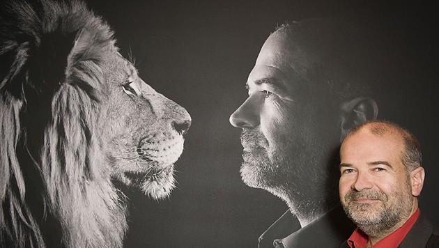 """""""Vier Pfoten""""-Gründer Heli Dungler vor seinem Löwen-Bild (Bild: Vier Pfoten/Tibor Rauch)"""