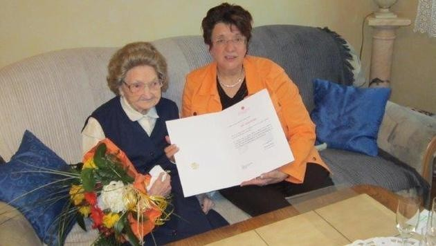 Katharina Zimmermann feiert zusammen mit der Bezirksvorsteherin Kalchbrenner ihren 105. Geburtstag.