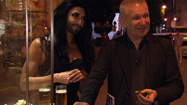 Conchita und Gaultier beim Würstelstand (Bild: ZDF/© avanti media/Boris Fromageot/Lars Barthel)
