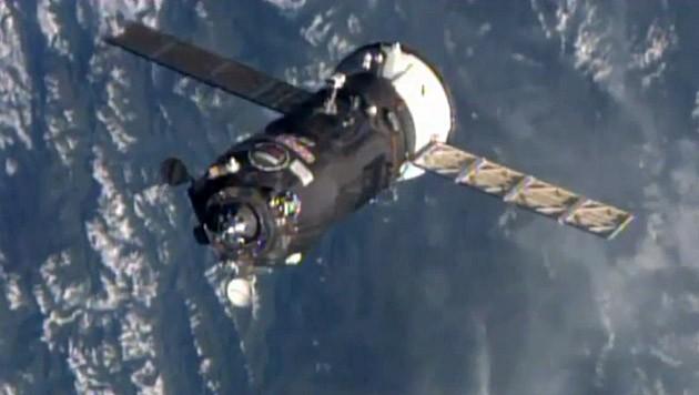 """""""Progress M-25M"""" kurz vor dem Andocken an der Raumstation ISS"""