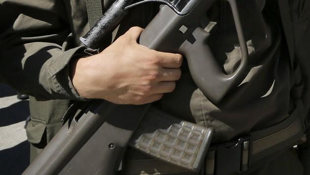 Ein Soldat mit dem Sturmgewehr 77 (Bild: APA/FRANZ NEUMAYR (Symbolbild))