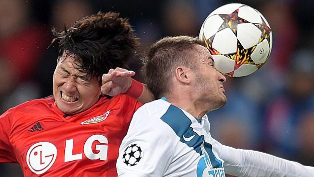 Intensiver Luftzweikampf beim Spiel Bayer Leverkusen – St. Petersburg