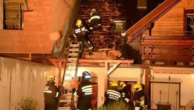 In Loosdorf (NÖ) wurde die Giebelwand eines Rohbaus umgerissen und fiel auf das Nachbarhaus.