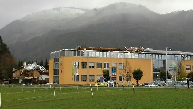 Das abgedeckte Dach eines Technozentrums im Bad Ischl (OÖ)
