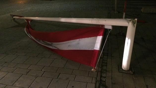 Im 11. Wiener Gemeindebezirk riss der Sturm diesen Fahnenmast um.