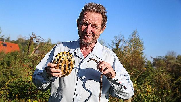 Richard Weixler mit Schmuckschildkröte und Schlingnatter.