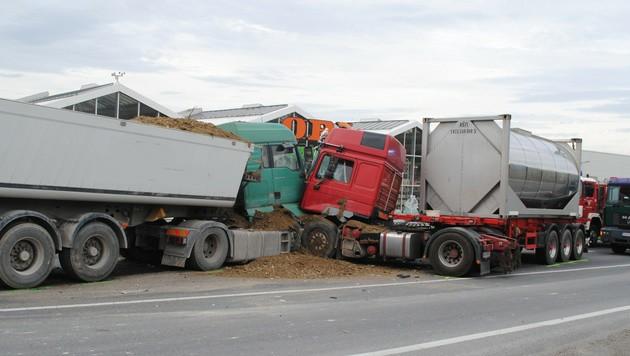 Der Lkw prallte mit einem entgegenkommenden Lastwagen zusammen.