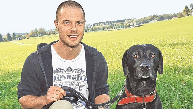 """""""Es ist die einzige Wiese weit und breit"""", ist Robert Fiedler empört. Im Bild mit Hund """"Bootsmann""""."""