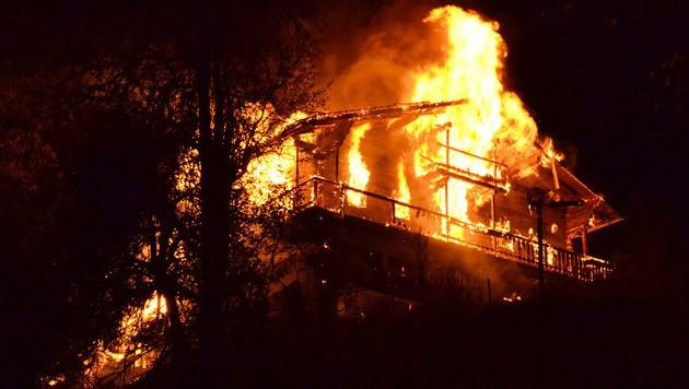 Das Bauernhaus in Tirol wurde ein Raub der Flammen.