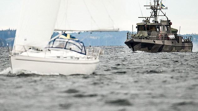 Schweden sucht mit rund 200 Soldaten nach einem angeblich verunglückten russischen U-Boot. (Bild: APA/EPA/PONTUS LUNDAHL)