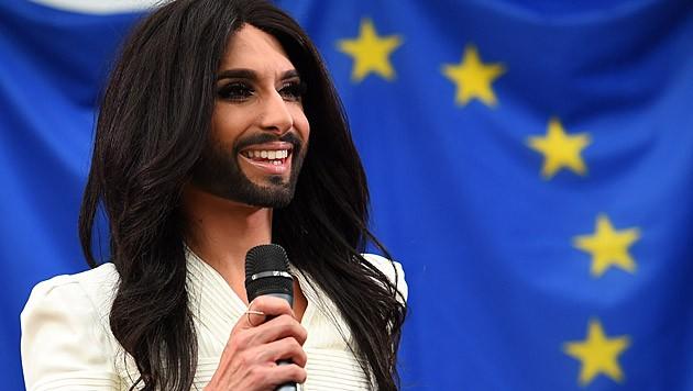 """Conchita Wurst singt den """"Licht ins Dunkel""""-Song """"My Lights""""."""