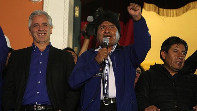 Boliviens Präsident Evo Morales feiert sich nach der Wiederwahl. (Bild: APA/EPA/MARTIN ALIPAZ)