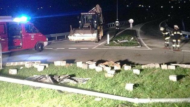 Der Wagen durchbrach die Steineinfassung des Kreisverkehrs und überschlug sich.
