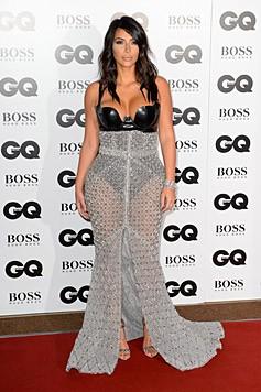 Kim Kardashian in einem Mix aus Lederkorsage und transparentem Rock