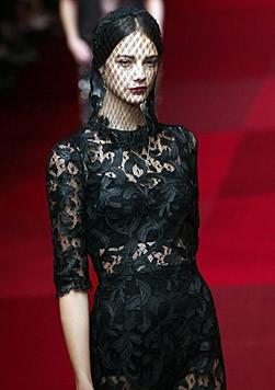 Auch bei Dolce & Gabbana: Spitzenkleider, die die Unterwäsche durchscheinen lassen