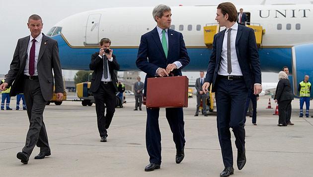 """Kerry am Mittwoch bei seiner Ankunft in Wien, im Hintergrund die """"Air Force Two"""""""