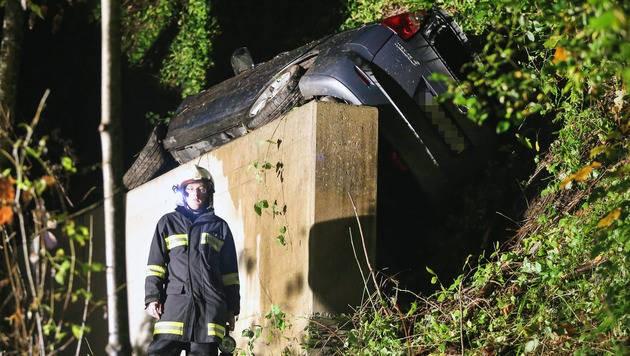 Das Auto blieb direkt vor dem Brückenpfeiler liegen. Die fünf Insassen wurden verletzt.