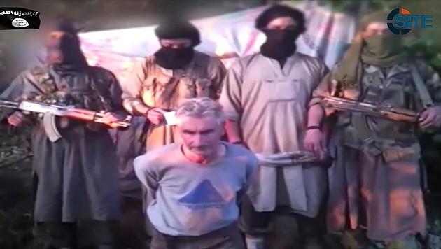 """Herve Gourdel kurz vor seiner Hinrichtung umringt von """"Soldaten des Kalifats"""""""