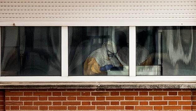 Krankenhauspersonal in Schutzanzügen überwacht die spanische Ebola-Patientin rund um die Uhr.