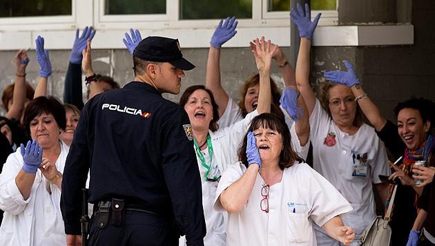 Das Personal des Carlos-III.-Krankenhauses in Madrid hat Angst und ist wütend.