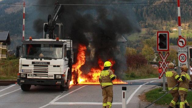 Der Lkw-Fahrer musste eine halbe Stunde im brennenden Laster aushalten.