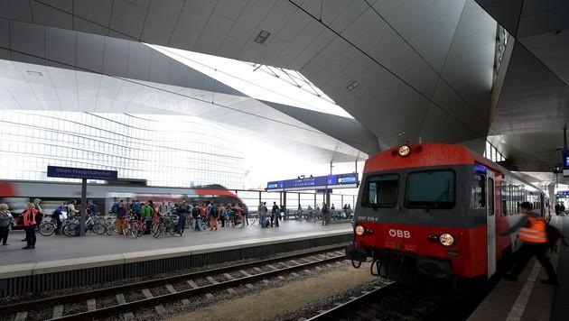 Ein Blick auf die Bahnsteige am Wiener Hauptbahnhof (Bild: APA/ROLAND SCHLAGER)