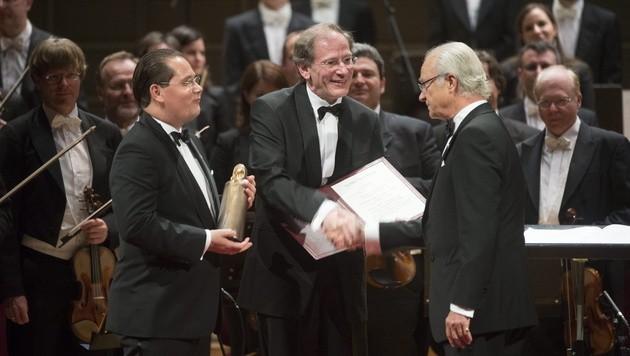 Orchestervorstand Andreas Großbauer und Clemens Hellsberg mit Schwedens König Carl Gustaf (Bild: APA/EPA/FREDRIK SANDBERG)