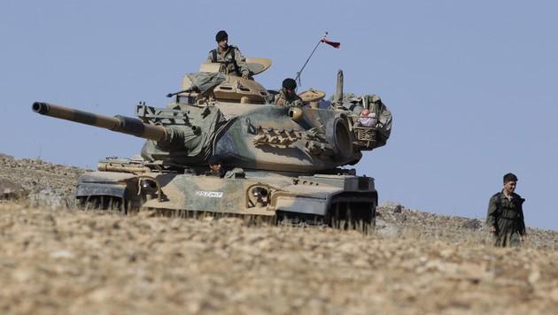 Ein türkischer Panzer an der Grenze zu Syrien (Bild: AP)