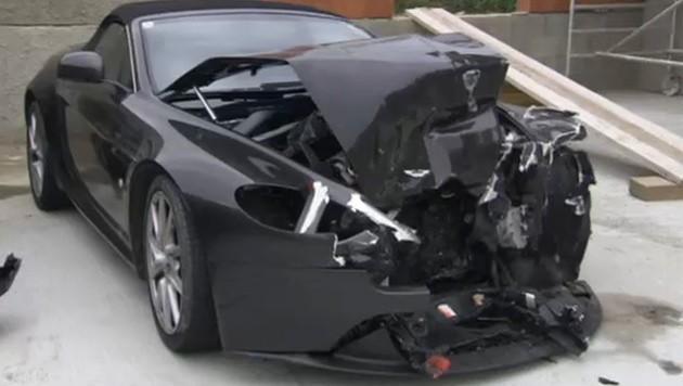 Der Aston Martin wurde bei dem Frontalcrash demoliert. (Bild: tvthek.orf.at)